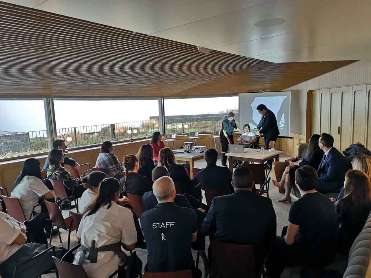 Grupo de alumnos recibiendo formación sobre accesibilidad en una sala.